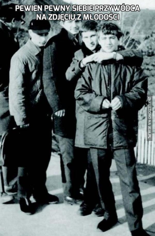 Pewien pewny siebie przywódca na zdjęciu z młodości