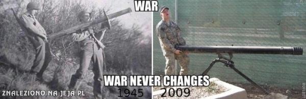 """Zdjęcie przedstawiające żołnierzy armii USA używających rakietnic jako przedłużenia penisa. Jedno pochodzi z 1945 roku, drugie z 2009 roku. Podpis głosi """"War, War never changes"""", czyli """"Wojna, wojna nigdy się nie zmienia""""."""