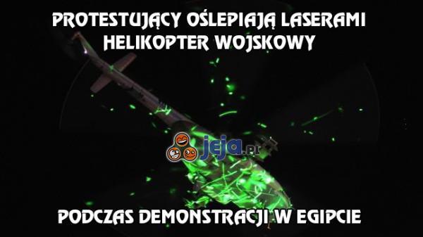 Protestujący oślepiają laserami helikopter wojskowy