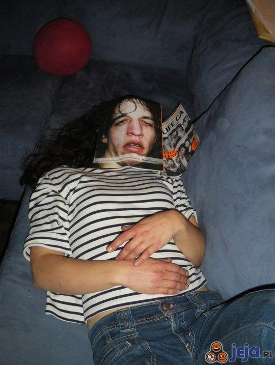 Zasnęła pod magazynem