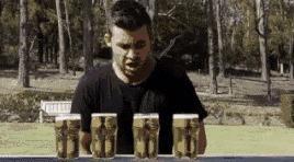 Ten gość wypije 4 piwa w 10 sekund!