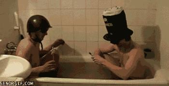Dwóch idiotów w wannie