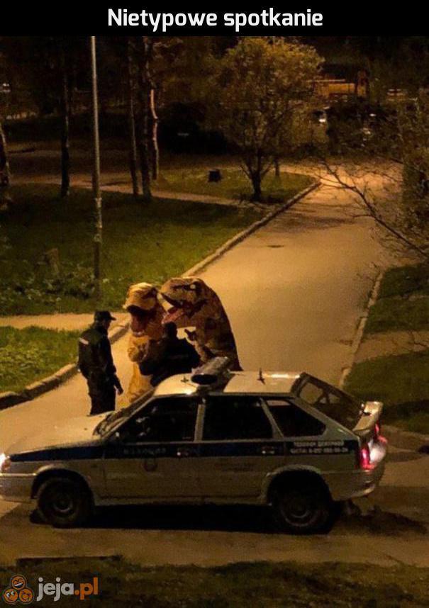 Policja vs dinusie