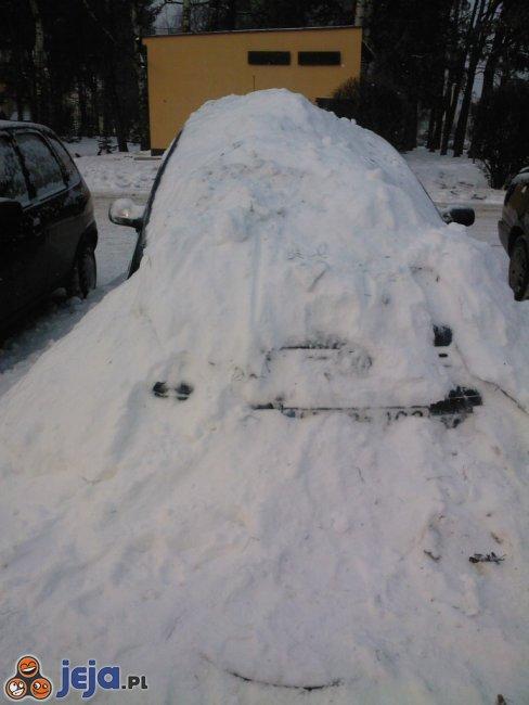 """""""Trochę"""" zaśnieżony samochód"""