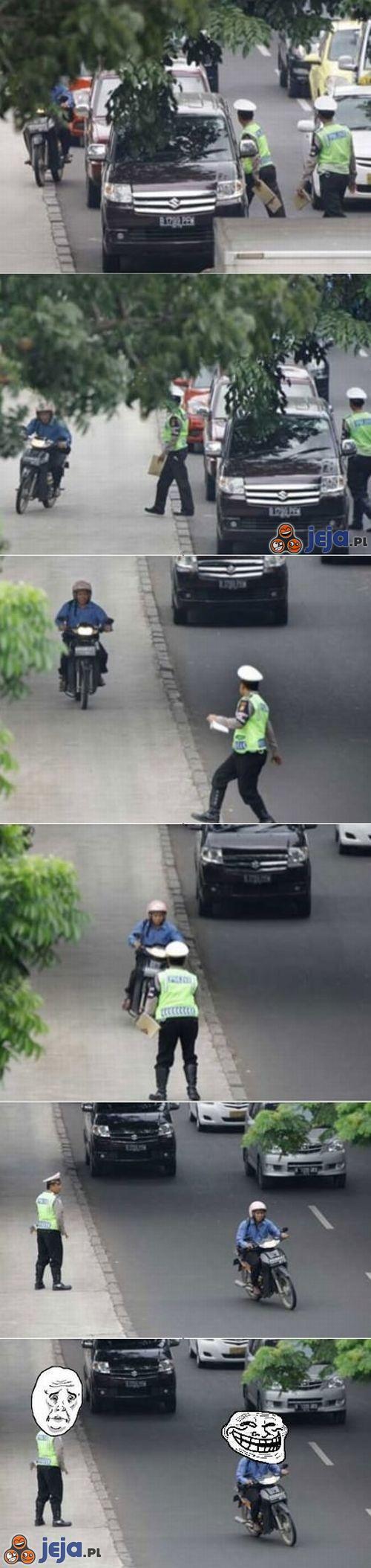 Motorem po chodniku?
