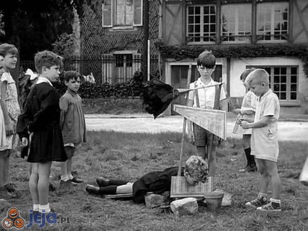 Dzieci grzecznie bawią się na dworze