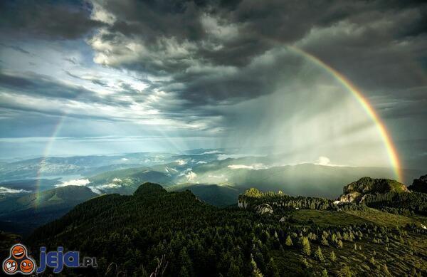 Niesamowita tęcza na niebie nad rumuńskimi Karpatami