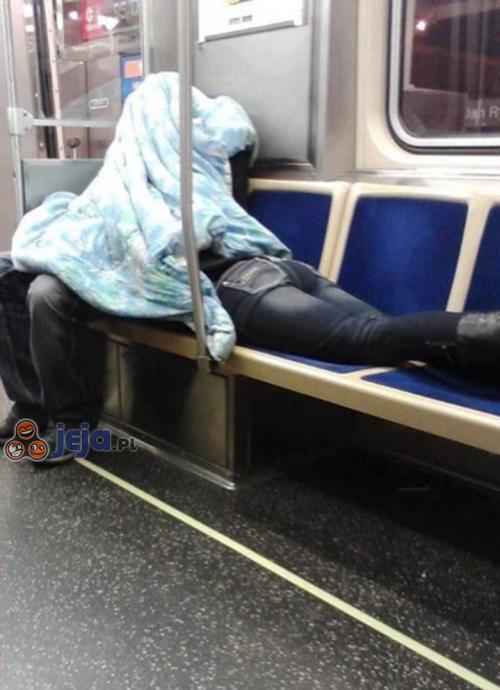 A może on jej czyta straszną opowieść...