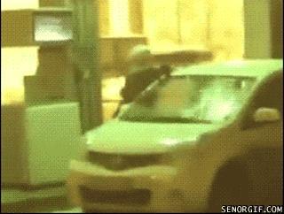 Kobieta myje auto... benzyną