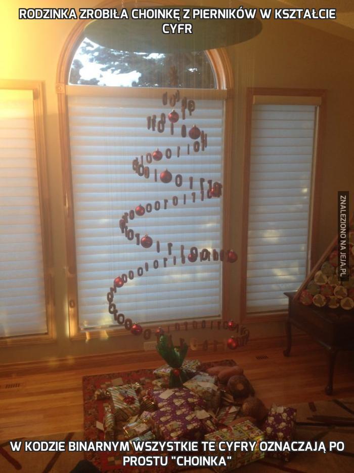 Rodzinka zrobiła choinkę z pierników w kształcie cyfr