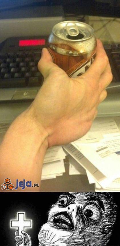 Demoniczna ręka z puszką