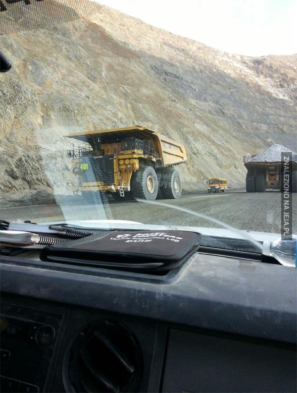 Ciężarówka + autobus dla skali
