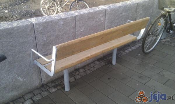Bo zwykłe ławki są zbyt mainstreamowe...