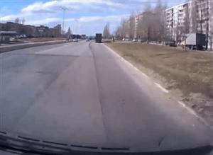 Znerwicowany koleś na drodze