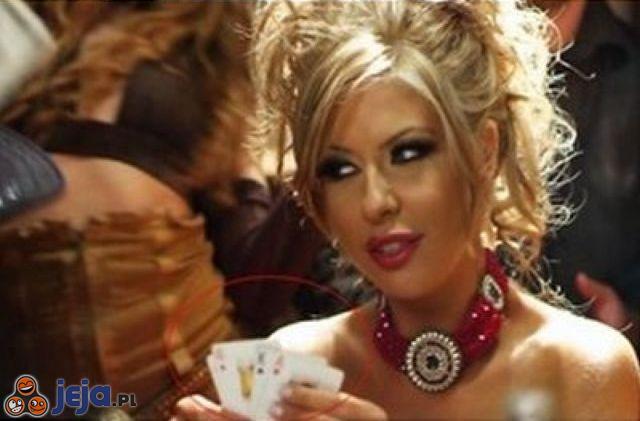 Blondynka gra w karty