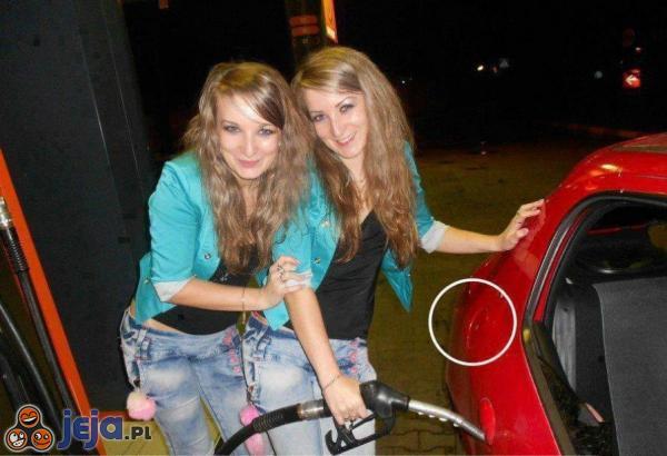 Blondynki tankują samochód