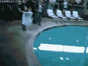 Ciekły azot wlewany do basenu