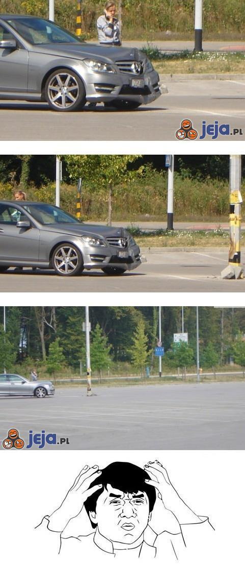 Kobieta na pustym parkingu