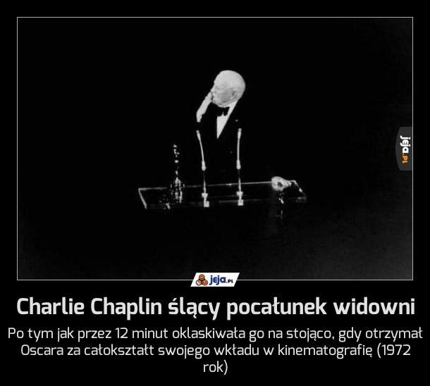 Charlie Chaplin ślący pocałunek widowni