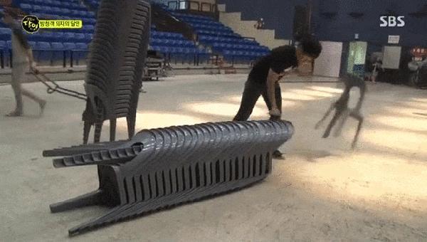 Zawodowy podawacz krzeseł