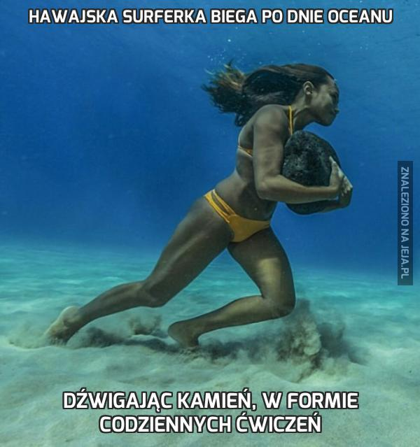 Hawajska surferka biega po dnie oceanu