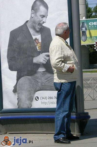 Miejsce pułapka przy billboardzie