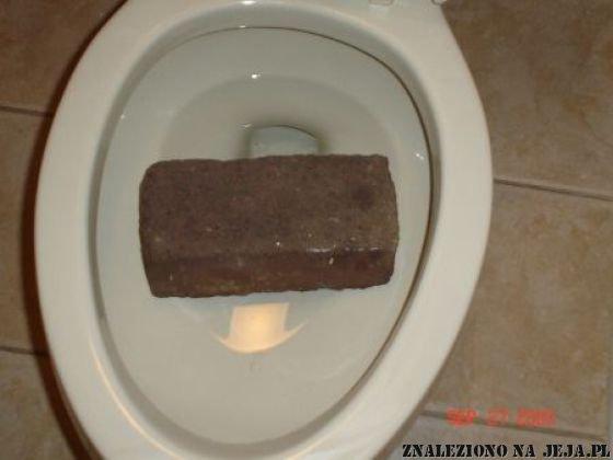 Klocek w toalecie