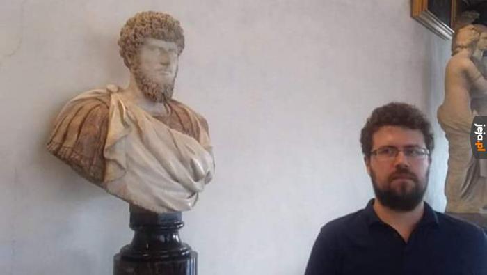 To musi być jakiś znany gość, że mu popiersia rzeźbią