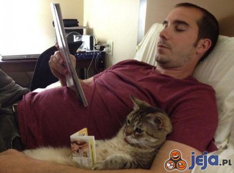 Pan czyta i kotek czyta