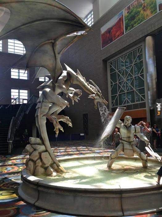 Pojedynek smoka i rycerza w fontannie