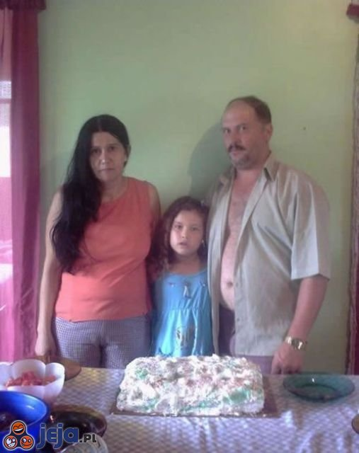 Dziwne zdjęcia rodzinne - tatuś i tort