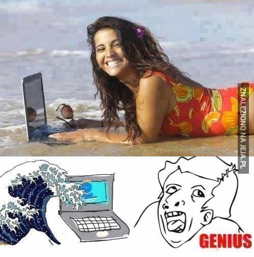 Takie tam, z laptopem na plaży