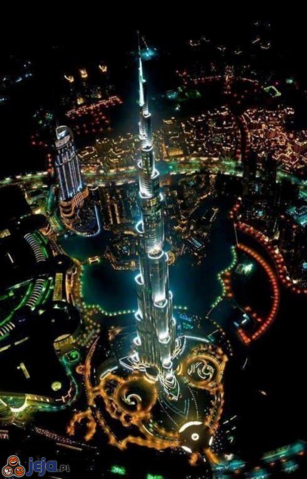 Rozświetlony Dubaj nocą