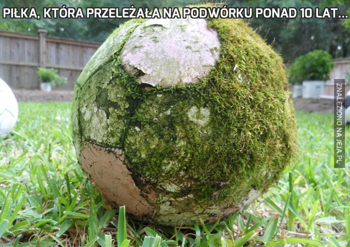 Piłka, która przeleżała na podwórku ponad 10 lat...