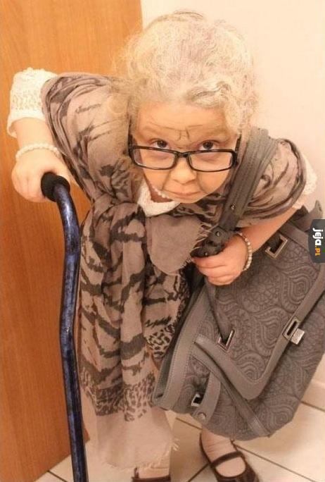 Dziewczynka przebrana za swoją babcię