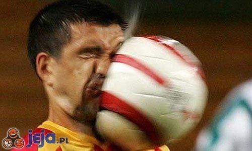 Piłka w twarz