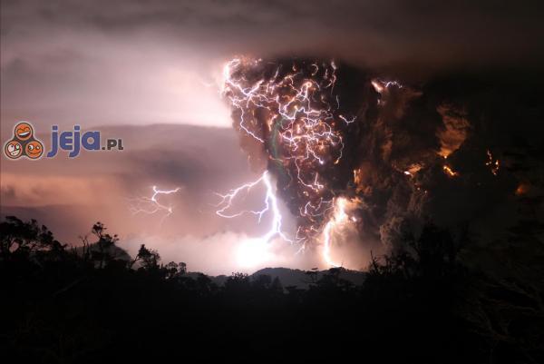 Wybuch wulkanu w czasie burzy