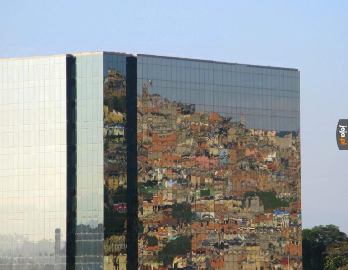 Slumsy Rio de Janeiro w odbiciu wieżowca