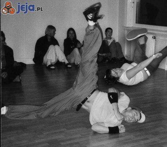Mosh Girl tańczy breakdance'a