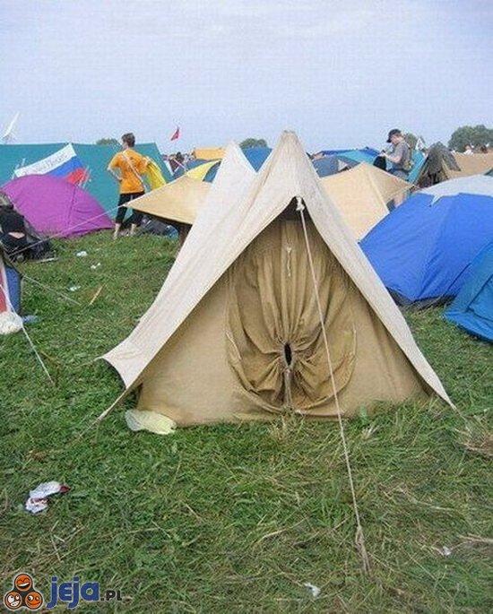 Dziwne wejście do namiotu