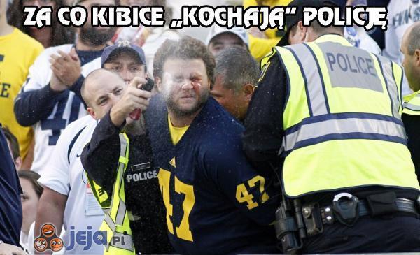 """Za co kibice """"kochają"""" policję"""