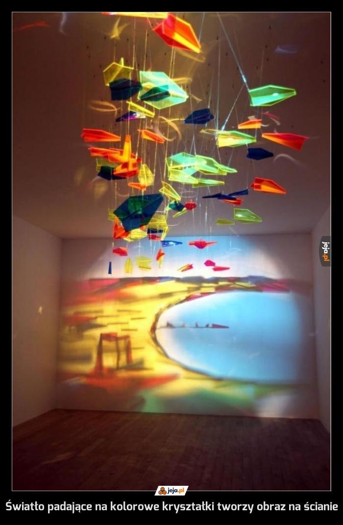 Światło padające na kolorowe kryształki tworzy obraz na ścianie