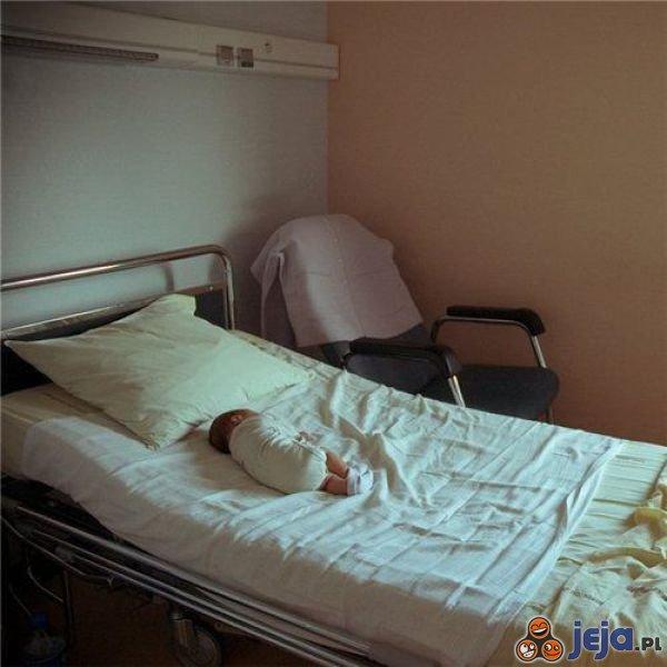 Maleństwo w wielkim łóżku