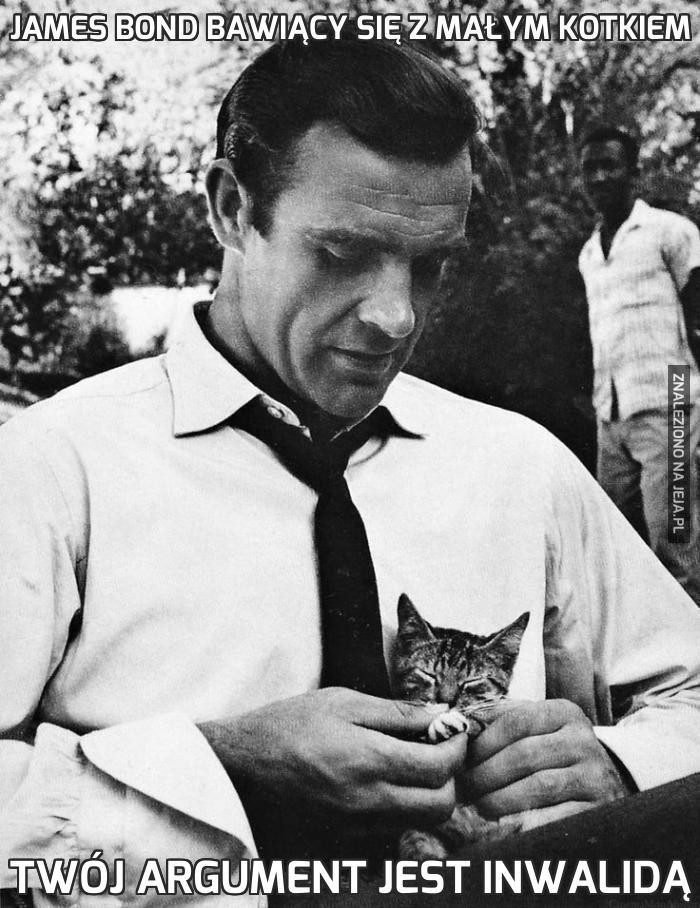 James Bond bawiący się z małym kotkiem
