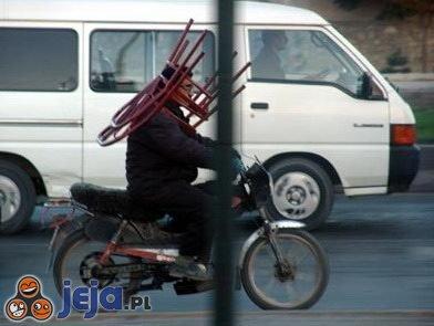 Rowerzysta z krzesłem