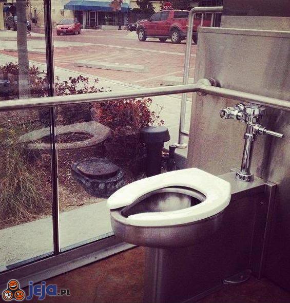 Bardzo publiczna toaleta