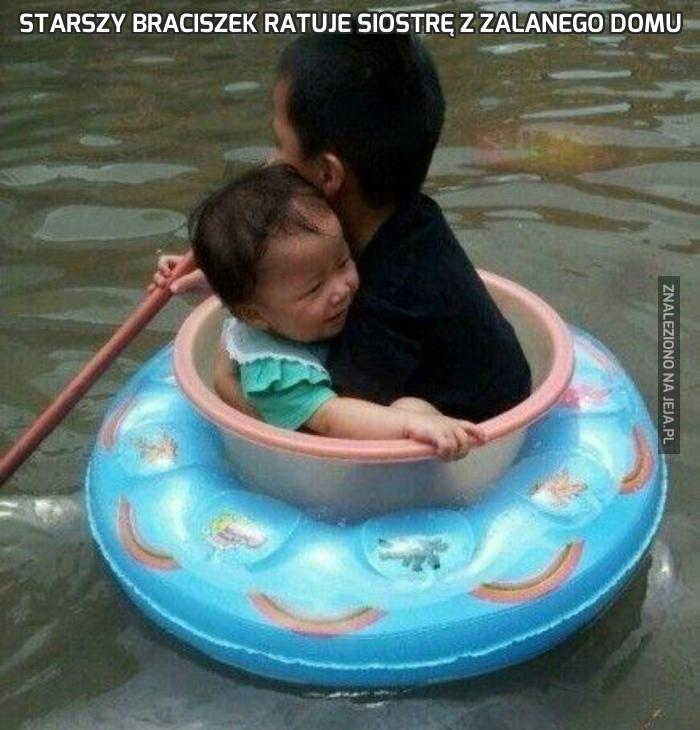 Starszy braciszek ratuje siostrę z zalanego domu