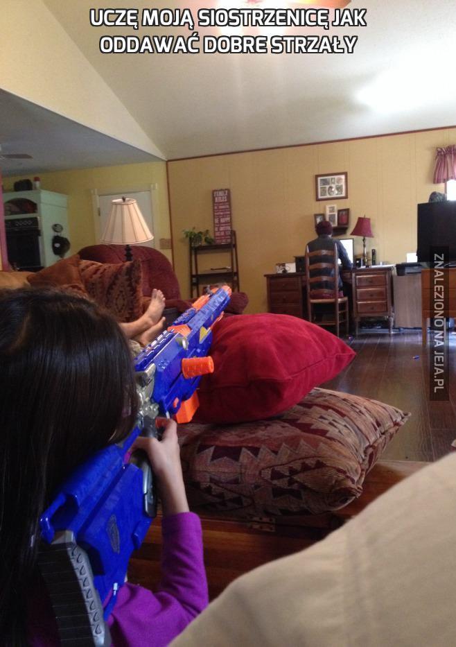 Uczę moją siostrzenicę jak oddawać dobre strzały