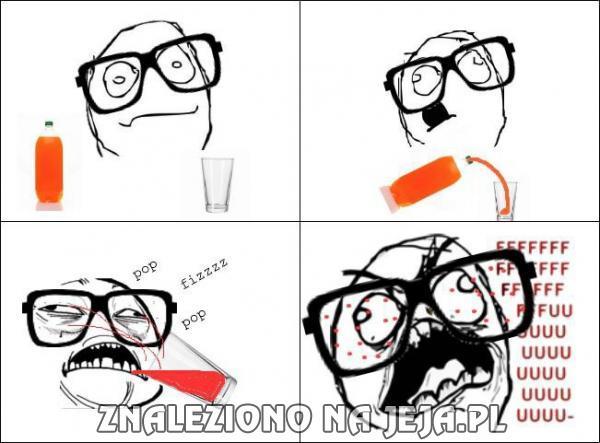 Picie gazowanego napoju w okularach
