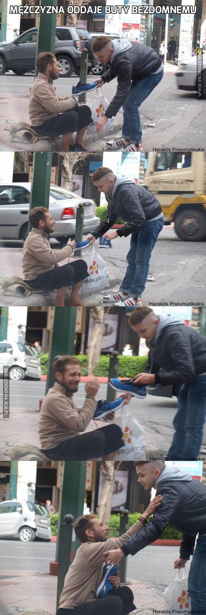 Mężczyzna oddaje buty bezdomnemu